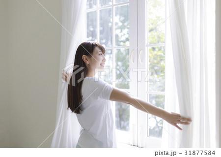 カーテンを開ける女性の寫真素材 [31877584] - PIXTA
