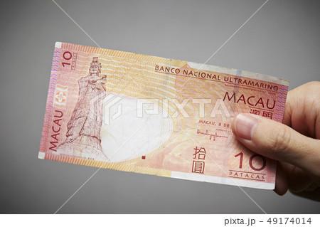 マカオ通貨 パタカの紙幣を持つ男性の手の寫真素材 [49174014] - PIXTA