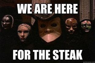 "Des gens avec des masques vénitiens disant ""We are here for the steak"""