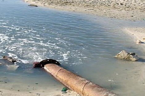 مياه عادمة تلوث شاطئ مسجد الحسن الثاني بالدار البيضاء