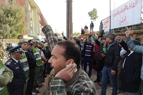 """""""اعتقال حقوقي"""" يدفع للاحتجاج أمام محكمة خنيفرة"""