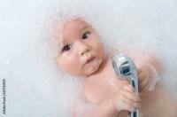 Baby spielt in der Badewanne mit Duschkopf von st-fotograf ...