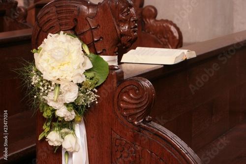 Hochzeitsschmuck in Kirche Stockfotos und lizenzfreie