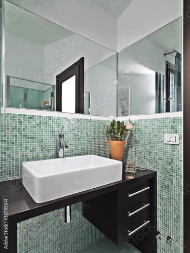 bagno moderno con mosaico verde Immagini e Fotografie