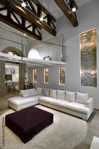 soggiorno moderno con soppalco e capriate di legno