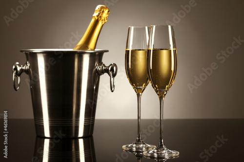 zwei glser mit champagner mit einer flasche sekt