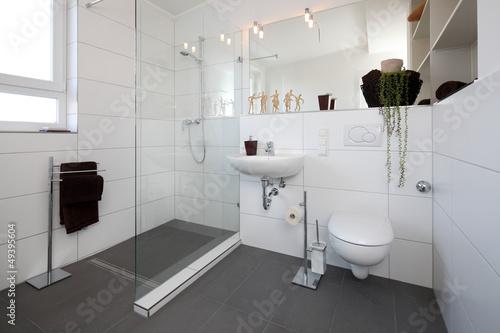 Kleines Badezimmer nach Renovierung Stockfotos und