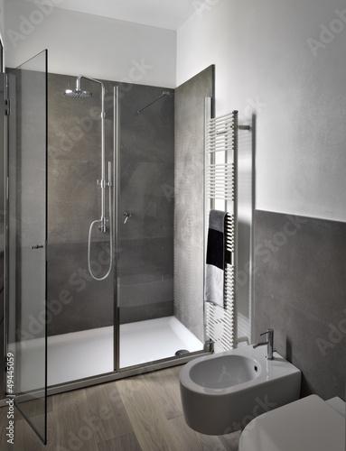 box doccia di vetro nel bagno moderno Immagini e