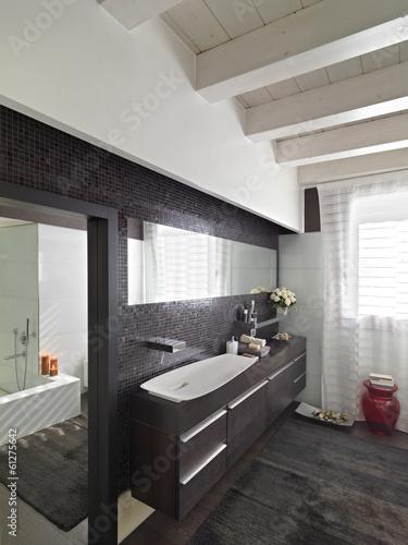 bagno moderno con mobile di legno scuro Immagini e Fotografie Royalty Free su Fotoliacom