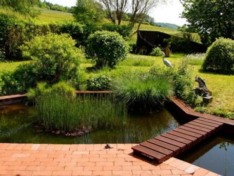 terrasse am teich attraktiver naturbelassener garten mit an terrasse