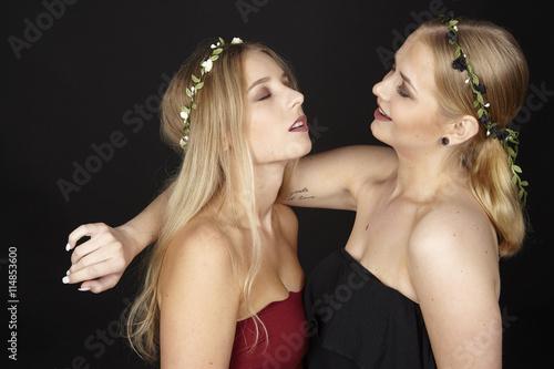 Freundinnen mit Blumenkranz im Haar Stockfotos und