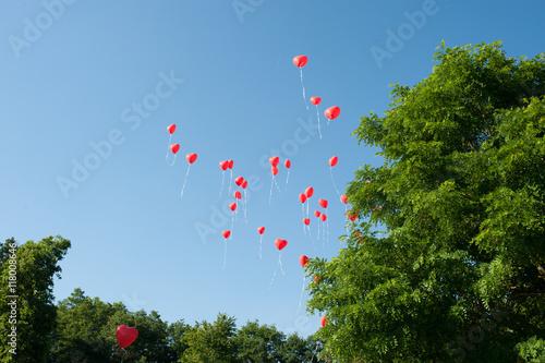 Fliegende rote Herz Luftballons auf einer Hochzeit Stockfotos und lizenzfreie Bilder auf