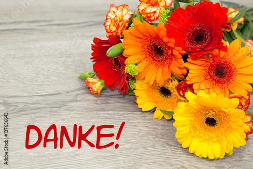 Blumen auf Holzhintergrund Danke Stockfotos und