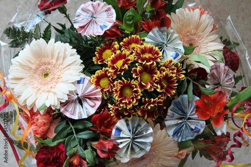 Geldgeschenk in Blumen gebunden Stockfotos und