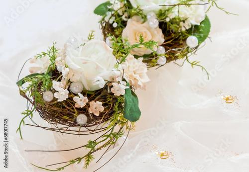 Festliche Tischdekoration in cremewei zur Goldenen Hochzeit Stockfotos und lizenzfreie Bilder