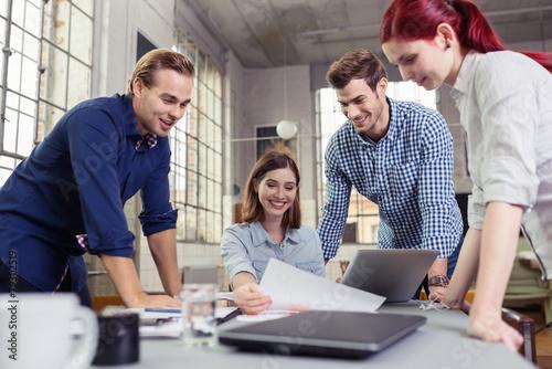 motiviertes team am arbeitsplatz