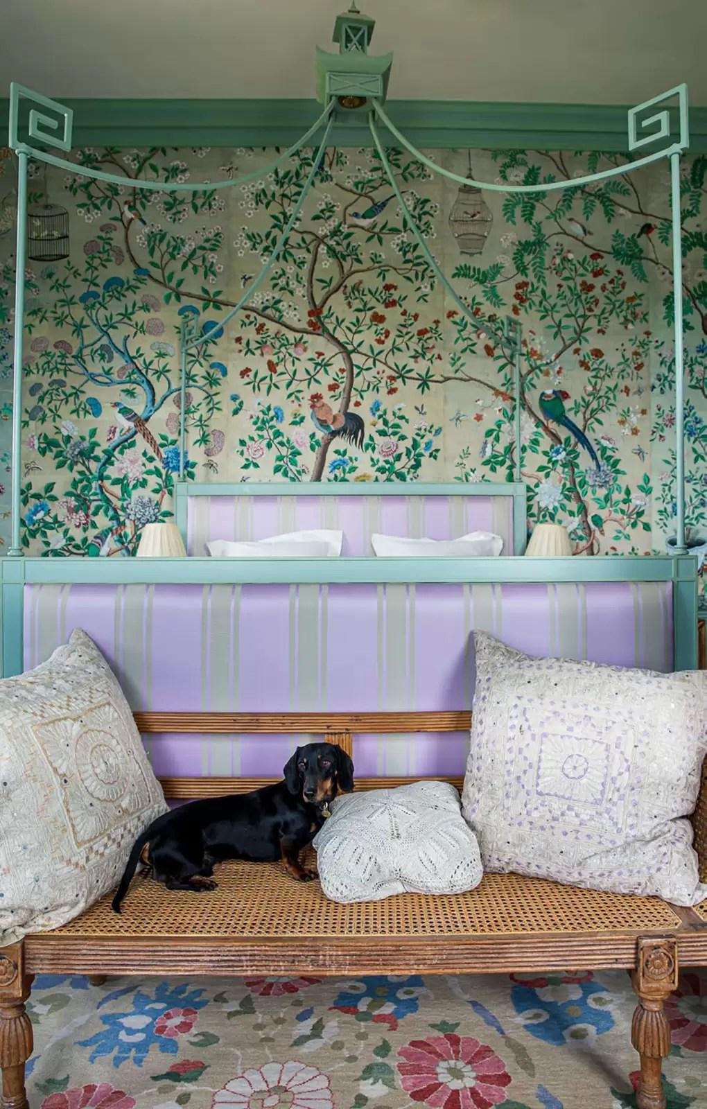 """Perros y decoración de interiores: fotografía de """"At Home in the English Countryside: Designers and their Dogs"""", de Susan Salk, publicado por Rizzoli."""