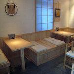 おにぎり浅草宿六 - 檜一枚板のテーブル席