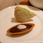 お茶とお菓子まやんち - クーベルチュールのチョコタルトと抹茶のダックワーズ