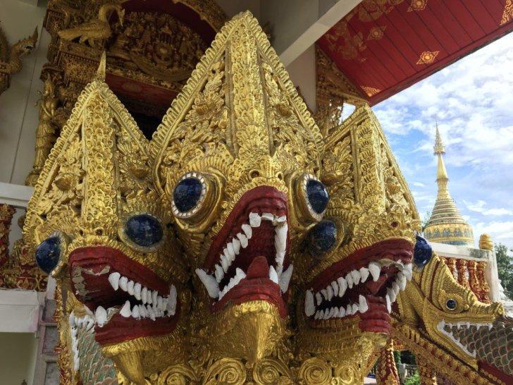 寺院の三つ首ドラゴン