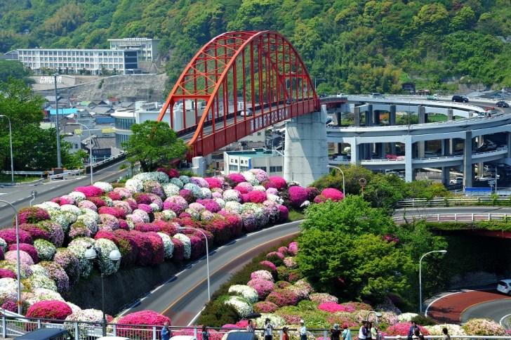 音戸の瀬戸に架かる音戸大橋を音戸の瀬戸公園から眺望