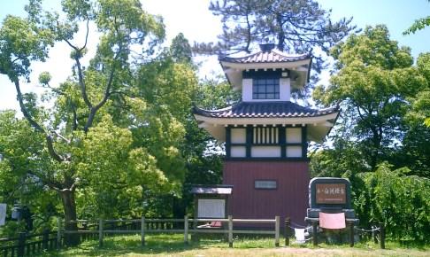 白洲灯台・岩松翁顕彰櫓