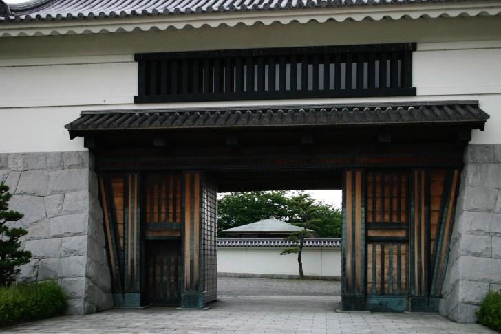 大手門は往時の場所とは異なり七曲門近くに復元されている