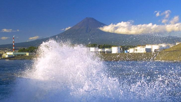 駿河湾臨海工業地帯と富士山