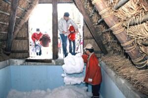 湯涌温泉『氷室の仕込み(雪詰め)』