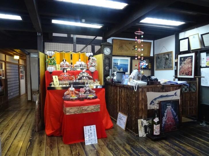 国の登録有形文化財の宿「松の家」玄関の雛人形