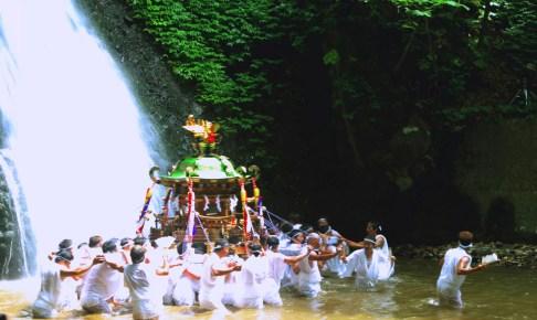 白瀑神社みこしの滝浴び