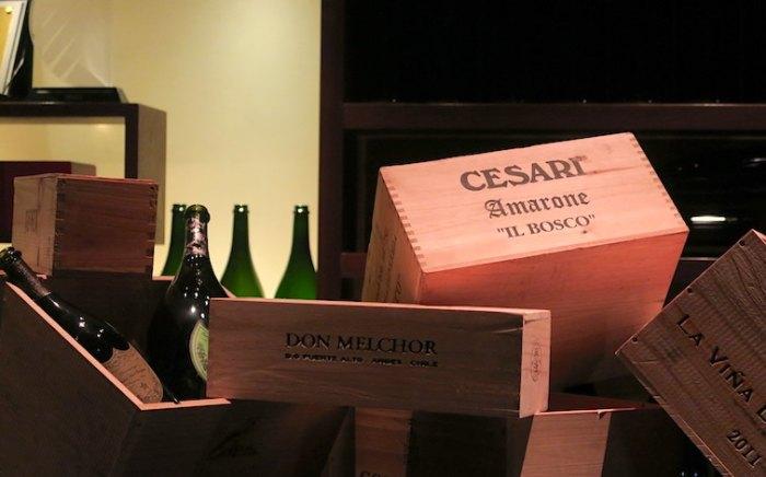 ラマダン期間中、酒の空箱のディスプレイ。