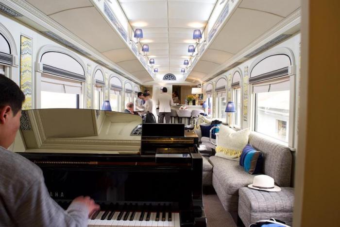 列車のピアノバー