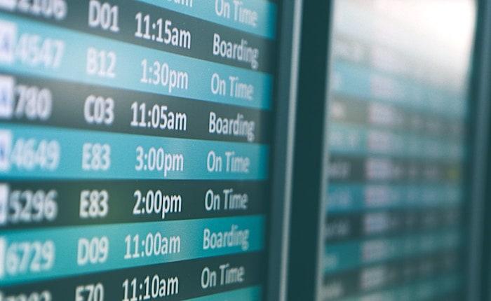 空港のフライトボード