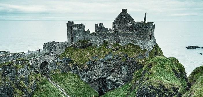 朽ち果てた中世の廃城。北アイルランド『ダンルース城』の哀愁ただよう ...