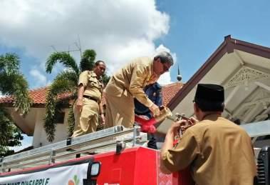 Wakil Bupati Lamteng, Loekman Djoyosoemarto saat periksa Mobil Damkar bantuan dari PT. GGP