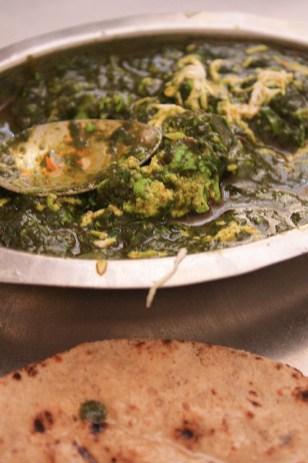 un panak paneer, curry d'épinard avec des morceaux de fromage, et des chapati.