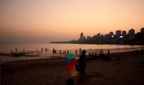 Le soleil de couche sur Mumbai