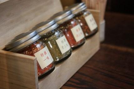 Toutes les épices très parfumé*一味、八味など香り豊かです