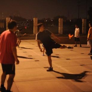 Quand la nuit tombe, il fait plus frais et on sort pour faire divers sports: gymnastique, yoga…