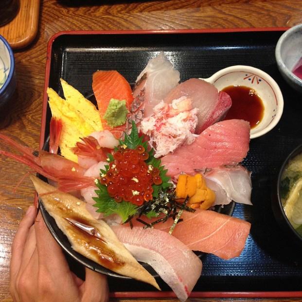 海鮮丼。はみ出てる… donburi de sashimi