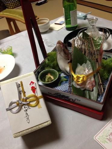 加賀屋 「めでたい」cadeau de la part de la maison, daurade et tasses