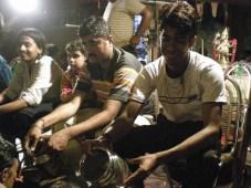 les gens offraient une eau rose, avec du riz jaune. Les passants les prenaient avec bénédiction.
