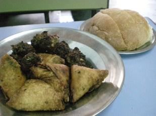 Dans le quartier musulman, on mange de toutes sortes de viande, mouton, chèvre, buffle, poulet… un samsa et sa brioche qui calme le palais enflammé.