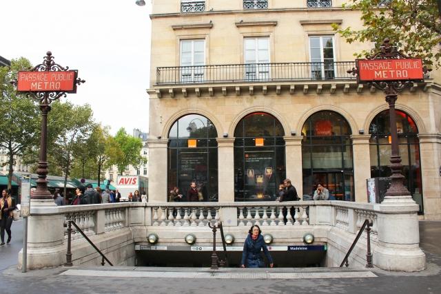 パリ メトロ入り口