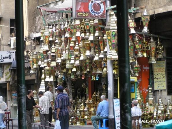 店先で売られるランプ(ファヌース)