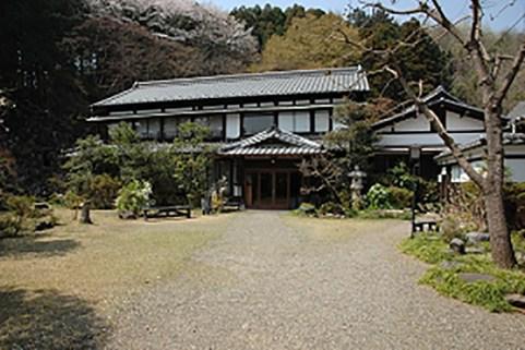 表門からみた巖華園の主屋。庭園は左にある