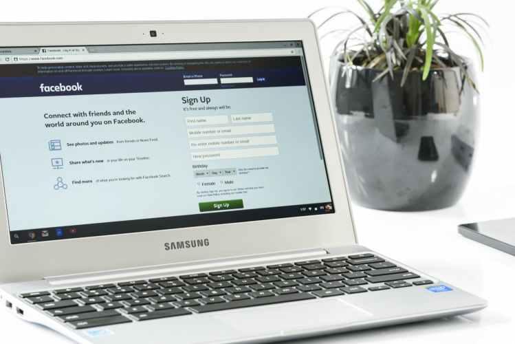 facebook-login-office-laptop-business-162622
