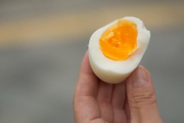 衝撃のおいしさ!熱海の無料スポット「小沢の湯」で温泉卵を作って食べてみた