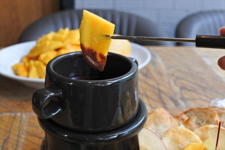 成城石井ワインバーの人気チョコレートフォンデュにマンゴー食べ放題が登場!